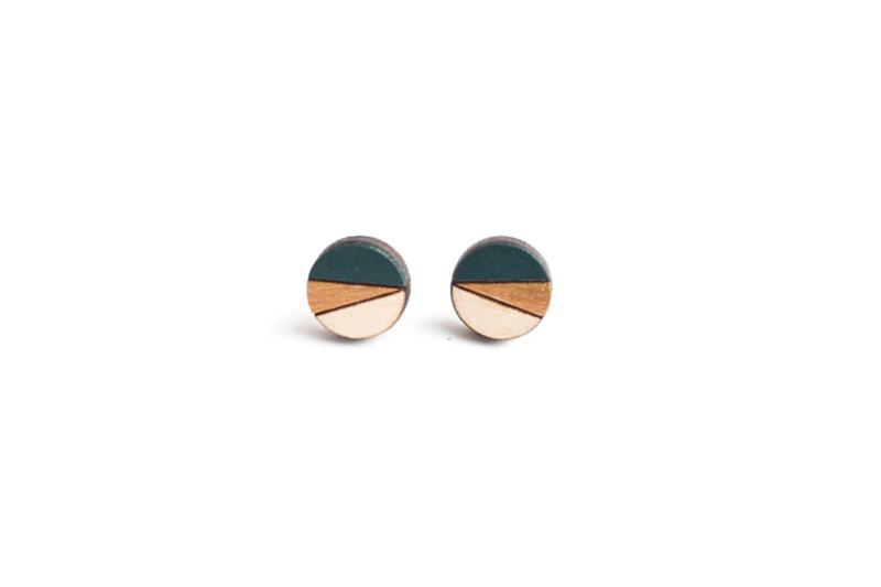 Ronde oorstekers donkergroen- goud (12 mm)