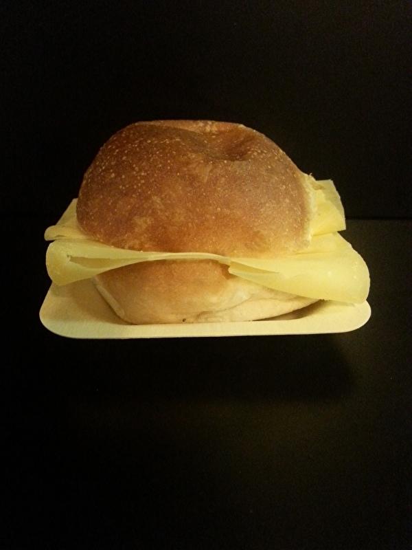 zacht wit /bruin broodje oude kaas