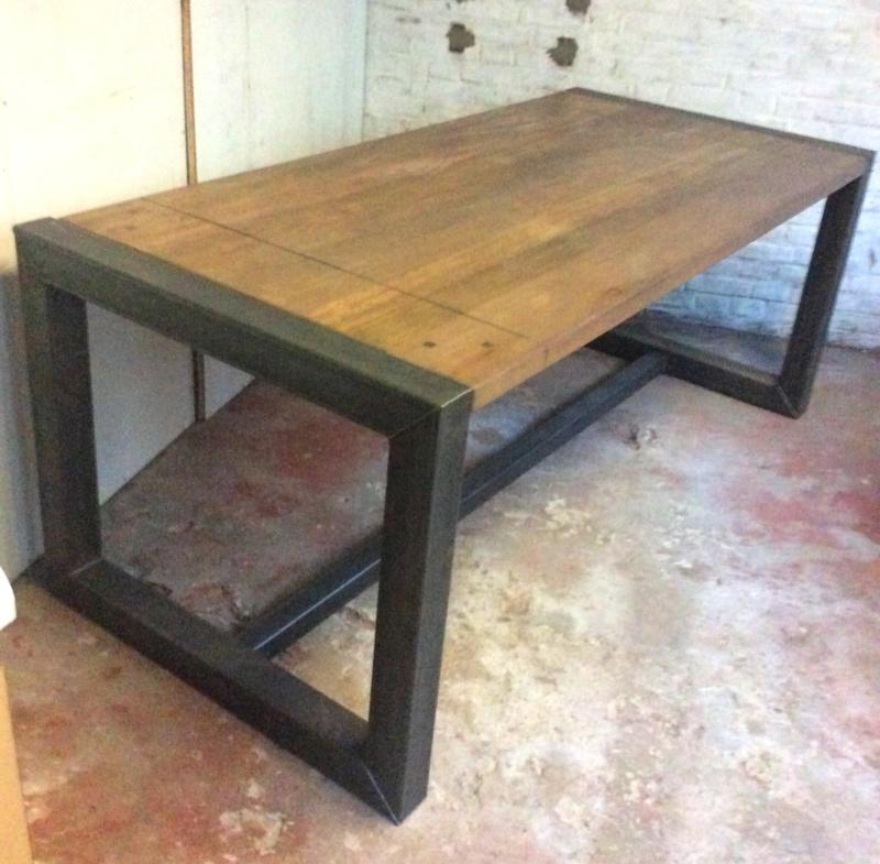 Eettafel met metalen frame en houten blad