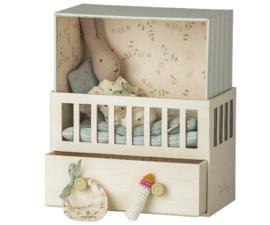 Maileg Babyroom with micro rabbit   lichtblauw slaapkamertje met micro konijntje