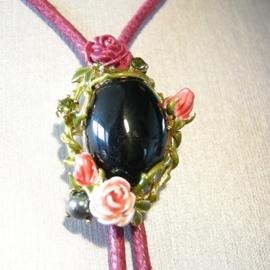 collier koord met zwarte cabochon en roosjes
