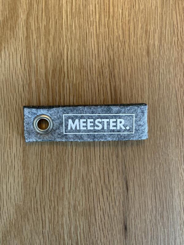 Grijs MEESTER. Vilten Sleutelhanger Klas