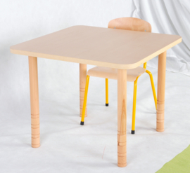 Vierkante tafel met een dik tafelblad