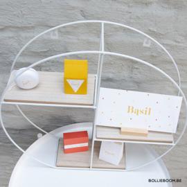Rond wit draadrekje met houten plankjes