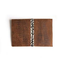 Laptophoes  croco bruin - cheetah   envelop stijl