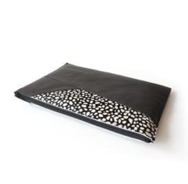 Laptophoes  schuine lijnen - zwart