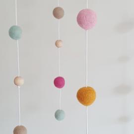 Babymobiel viltballetjes | Roze-mint-oker