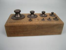 Antieke gewichten blok met 8 antieke bronzen koperen gewichten met antiek keuren