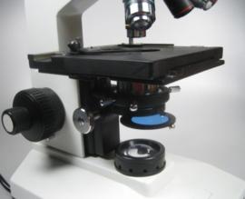 Biologische Microscoop met kruistafel z.g.a.n.