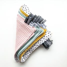 Labeldoekje | Monochrome stipjes & kleur
