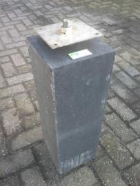 Betonpoer 20x20 oud hollands antraciet met RVS bevestigingsplaat m16