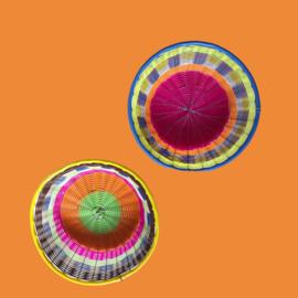 Gevlochten kleurrijke mandjes