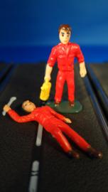 2 rode monteurs, 1 liggend met steeksleutel , de ander met gele oliekan