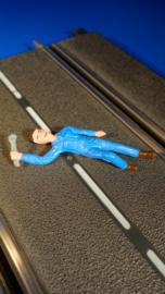 liggende blauwe monteur met steeksleutel