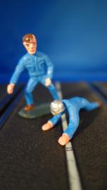 2 blauwe monteurs, 1 liggend en 1 staand