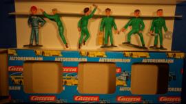 5 groene monteurs en 1 metallic blauwe coureur met gele oliekan