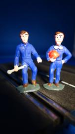 2 blauwe monteurs, 1 met helm en 1 met steeksleutel