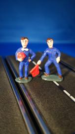 2 blauwe monteurs, 1 met helm en 1 met rode gevarenvlag