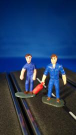 2 blauwe monteurs, 1 met oliekan
