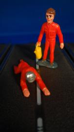 2 rode monteurs,  1 liggend de ander staand met of zonder gele oliekan