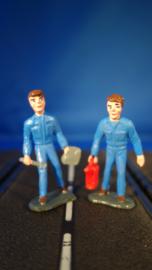 2 blauwe monteurs, 1 met rode oliekan en 1 met gereedschap