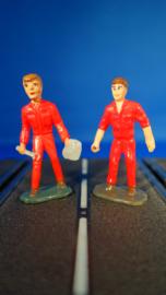 2 rode monteurs, 1 met gereedschap