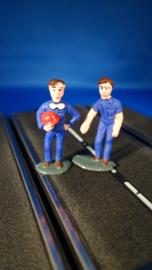 2 blauwe monteurs, 1 met helm