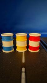 3 olievaten, rood, geel en blauw
