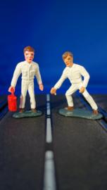 2 witte monteurs, waarvan 1 met rode of metallic blauwe oliekan