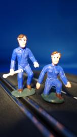 2 blauwe monteurs, 1 staand met steeksleutel en 1 knielend