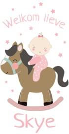 Geboortesticker met een schattige baby op hobbelpaard