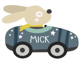 Naamstickers in vorm met een leuk hondje in een raceauto