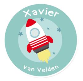 Naamstickers in vorm met een leuke raket type Xavier