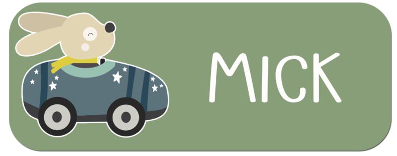 Naamstickers kind met hondje in een raceauto type Mick