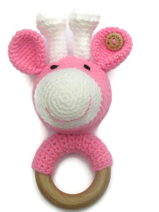 Bijtring Giraf met Rammelaar, gehaakt lichtroze wit