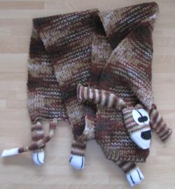 """Kindersjaal """"woef om je nek"""". Kleurnr. 50 (gemeleerd bruin) Deze sjaal is al kant en klaar"""