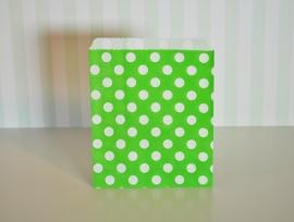 Traktatie zakje groen met witte bollen