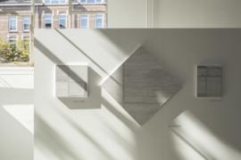 Mondriaans 'Compositie (B) met blauw, geel en wit' in het Nederlands