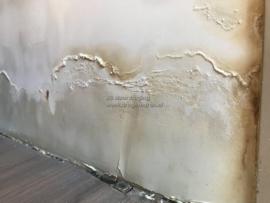 pluizen op de muur
