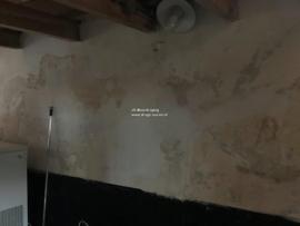 houten draagbalk in vochtige muur