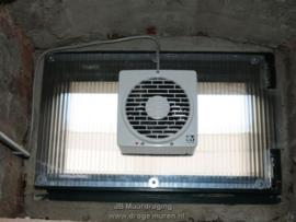 Hoge luchtvochtigheid wegventileren in kelder