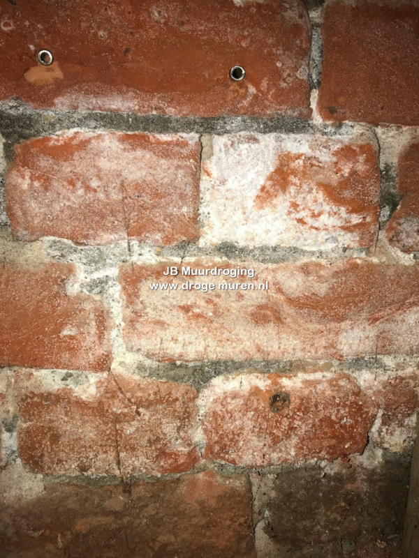 witte aanslag op de muren