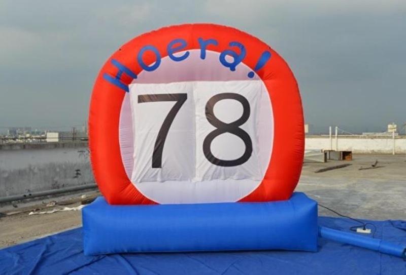 "Opblaas ""hoera"" (leeftijd) bord 3x3 m"