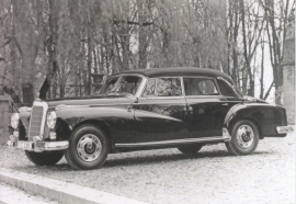 300 Cabriolet, A6-size postcard, issued by Editions Atlas, 2016