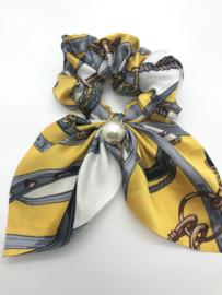 Scrunchies met printje en parel geel