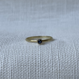 Ile d'Or 14kt gold ring + sapphire