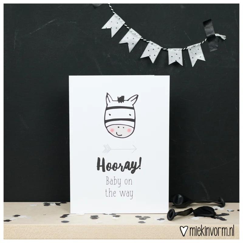 Hooray! baby on the way   Dubbelgevouwen ansichtkaart met envelop