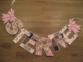 Letters geborduurde slinger