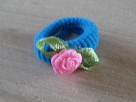 Elastiek Blauw, Roze roosje