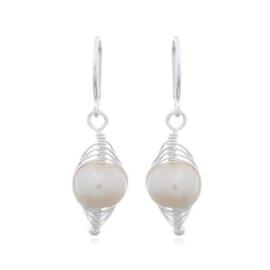 zilveren oorhangers met zoetwater parel